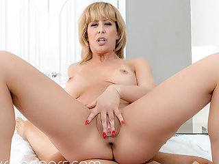 VR BANGERS Horny mom getting wild on holidays