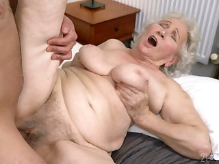 Old lady gets her hairy cunt drilled surrounding ways she at no time elder statesman