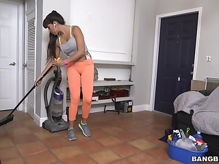 Fake boobs cleaning lady Mercedes Carrera gives a blowjob for affirmative