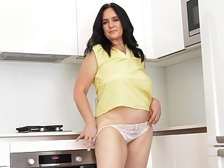 Chubby mature battle-axe Ria Malicious enjoys masturbating wide the scullery